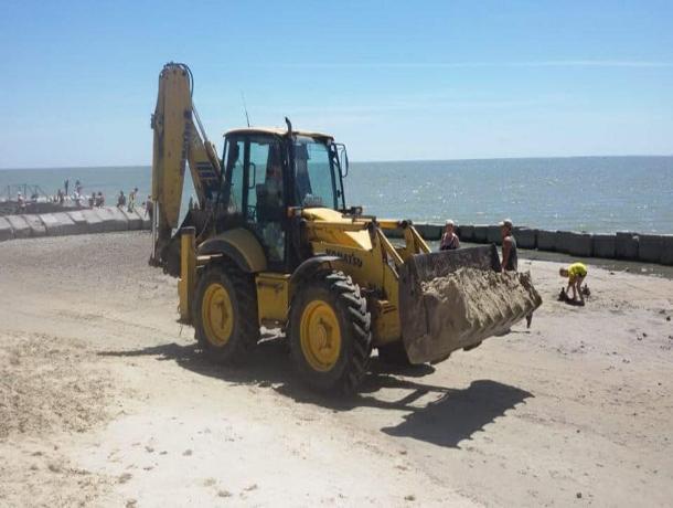 На таганрогском пляже мусор и камни засыпали песочком