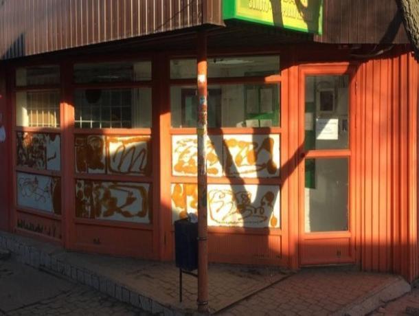 На 200 тысяч оштрафовали таганрогского бизнесмена за наклейки на окнах и отсутствие урны