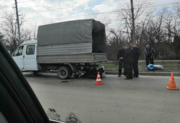 Шофер трехколесного мопеда  залетел под «Газель» на шоссе в Таганроге