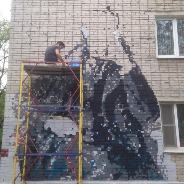 Таганрожцев заинтересовало необычное граффити на улице Дзержинского