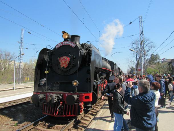 Ретро поезд «Победа» притормозил в Таганроге и дал боевой концерт