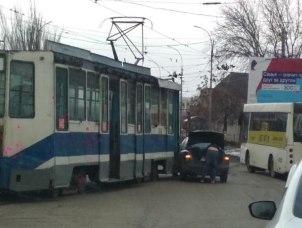 В Таганроге вновь трамвай  «поцеловался» с легковушкой