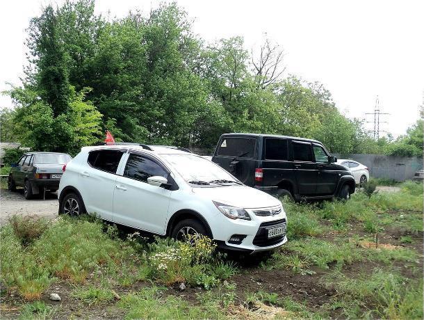Припарковаться на газоне - обычное дело для автохамов Таганрога
