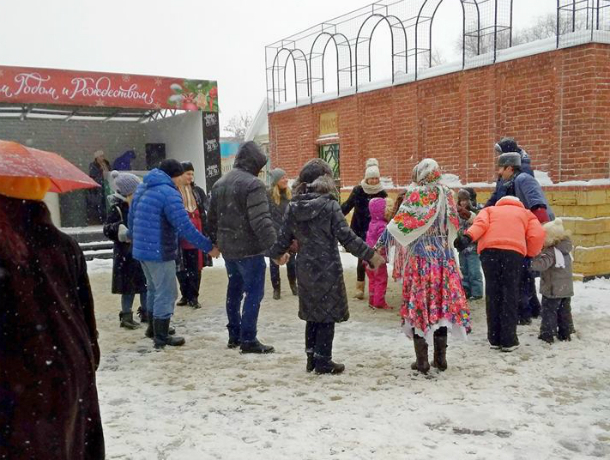 В Европейском квартале Таганрога с песнями и плясками отмечали Рождество