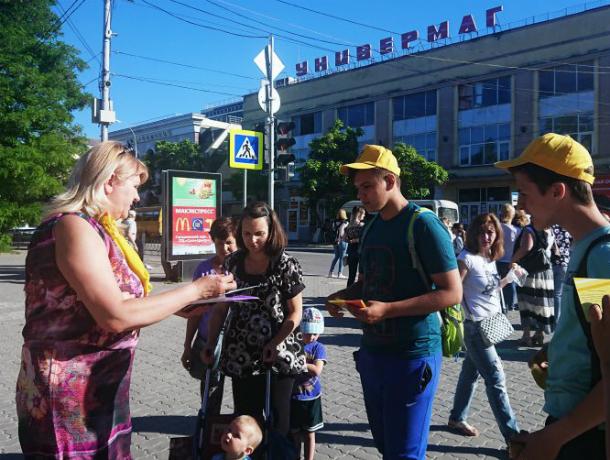 Таганрогская  партия «Справедливая Россия» против  повышения пенсионного возраста и  собирает подписи в знак протеста
