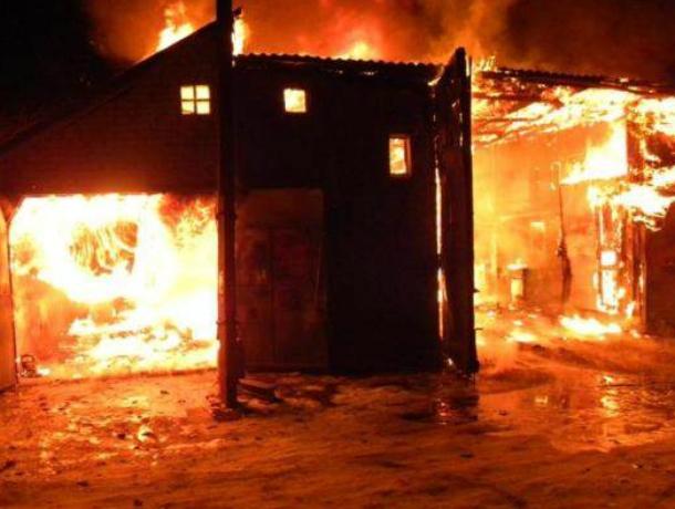 В Таганроге пожар произошел в гаражах