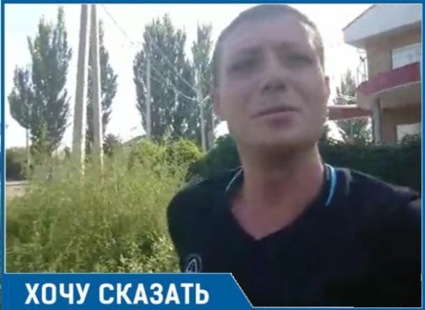 Неугомонный помощник депутата Андрей Кудрявцев  гуляет по Таганрогу и наблюдает, как в нем бурно произрастает трава
