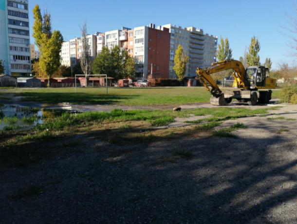 Территория возле школы №36 в Таганроге утопает в грязи и воде