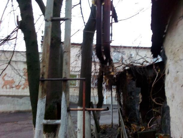 Трубы теплотрассы согревают воздух Таганрога