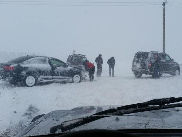 Сутки вызволяли застрявших на заснеженной трассе под Таганрогом людей спасатели и добровольцы