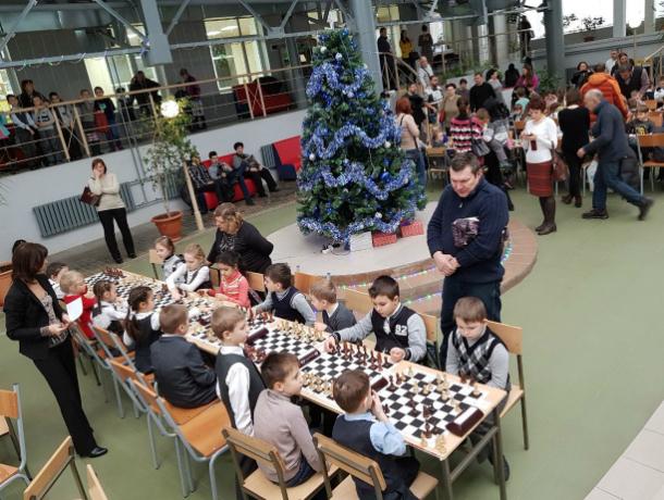 Таганроге первоклашки играли в шахматы