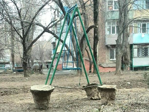 «Благоустроенные качели» на улице  Москатова увидел житель  Таганрога
