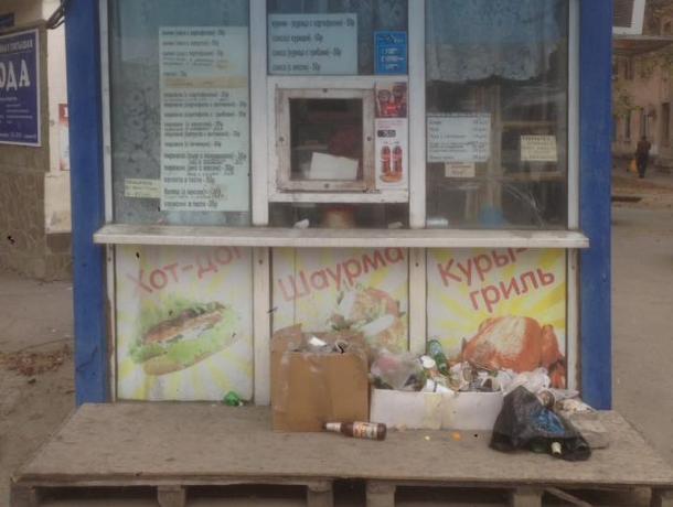 Киоск с шаурмой в Таганроге похож больше на «мусорник», чем на точку общепита