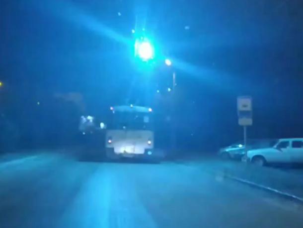 В Таганроге на видео попал троллейбус  с «бенгальскими огнями»