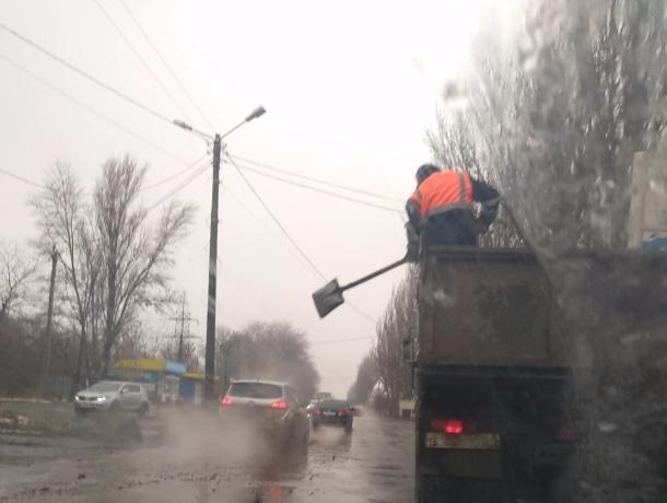 Дорожники в Таганроге решили засыпать шлаком ямы и проезжающие мимо авто