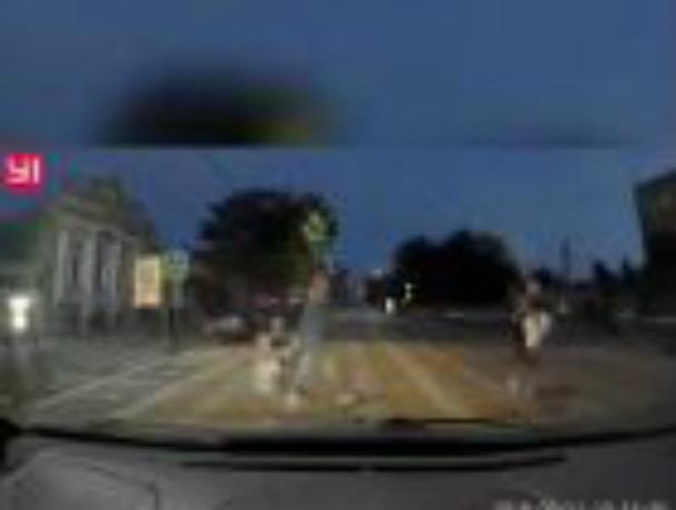Беспредельщик промчался  по  «зебре», едва не задавив мать с двумя детьми в Таганроге
