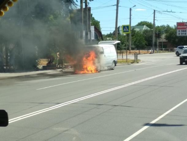 В Таганроге посреди улицы загорелся автомобиль