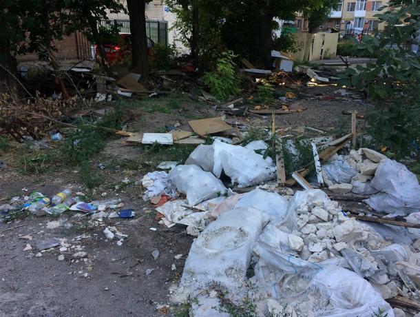На месте снесенных гаражей в Таганроге горожане организовали свалку