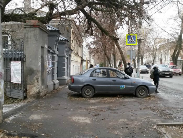 «Корыто», стоящее на тротуаре по Греческой, перекрыло проход пешеходам Таганрога