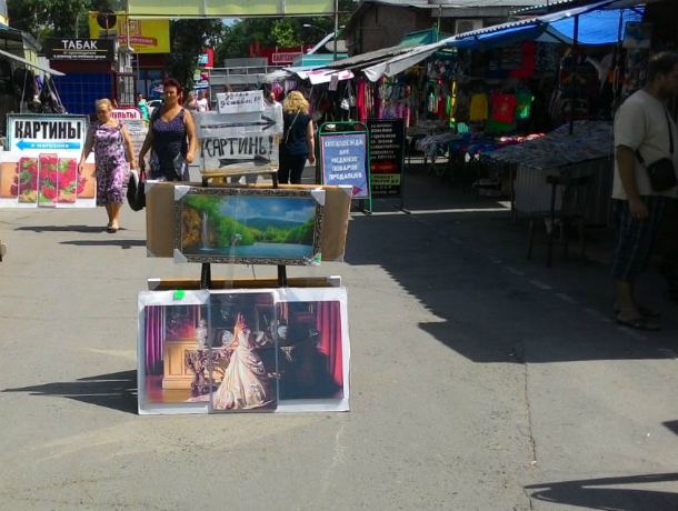 Торговка картинами на Центральном рынке создает проблемы людям, загораживая «шедеврами» проход