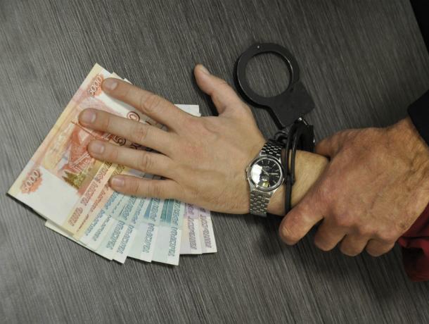За взятку в девять тысяч  таганрожец получил реальный срок и вычет 5% из зарплаты