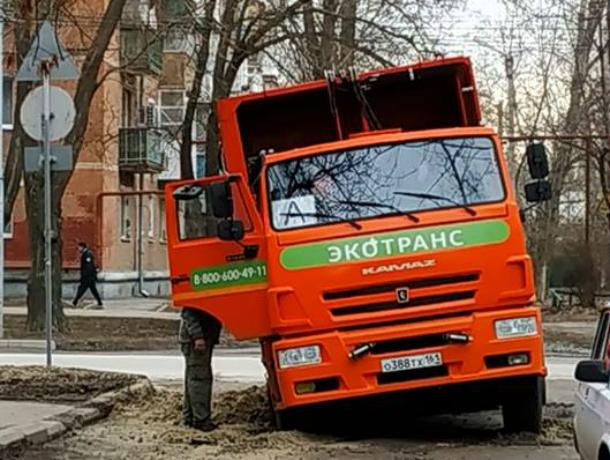 В Таганроге застряла в ямах машина «Экотранса»