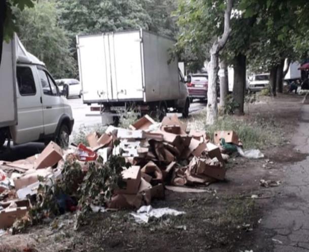 Торгаши оставили после себя горы мусора в Таганроге и остались безнаказанными