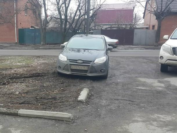 Газоны в Таганроге требуют защиты от автохамов