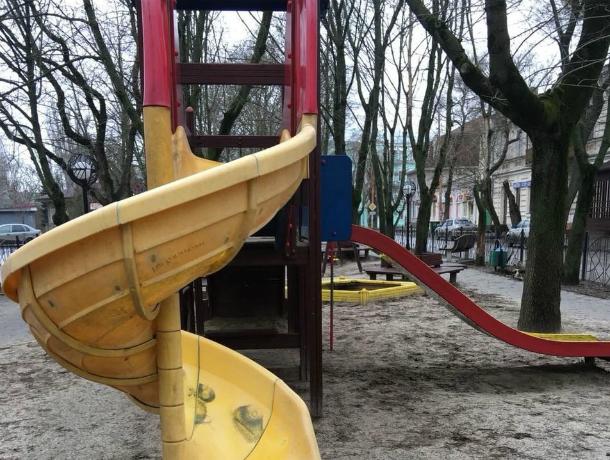 В Таганроге для  детей по Украинскому переулку стоит «удивительная горка»