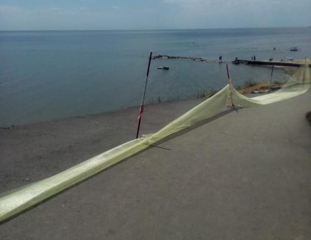 От таганрогского пляжа осталась только аварийная сеточка