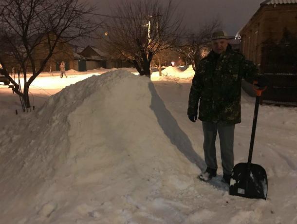 Таганрожец Владимир решил пристроить кучу снега в добрые руки