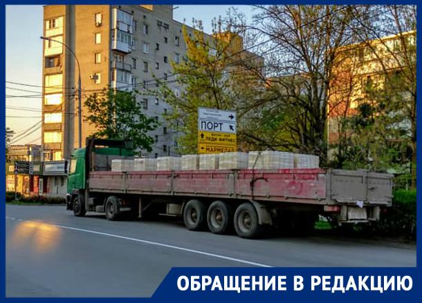 В Таганроге уже в центре города стоят зерновозы