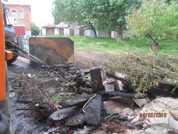 Не убрали, так спалили — в центре Таганрога творится мусорный беспредел