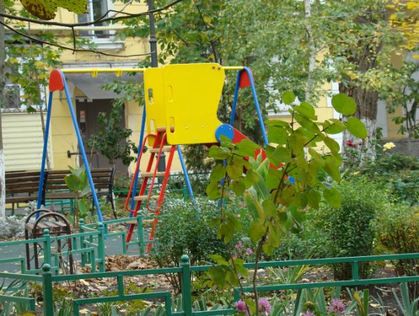 Вновь «добрые тети и дяди» разобрали по запчастям детскую площадку в Таганроге