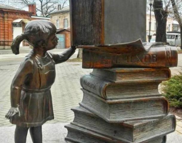 «Юная читательница» возле таганрогской библиотеки им. Чехова полюбилась итальянцам