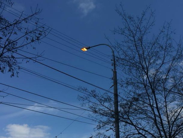 Круглосуточно горящий уличный фонарь вызвал гневные вопросы у таганрожца