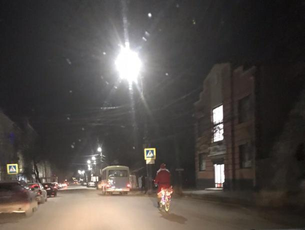 «Праздник к нам приходит»: дед Мороз на велосипеде ездит по улицам Таганрога