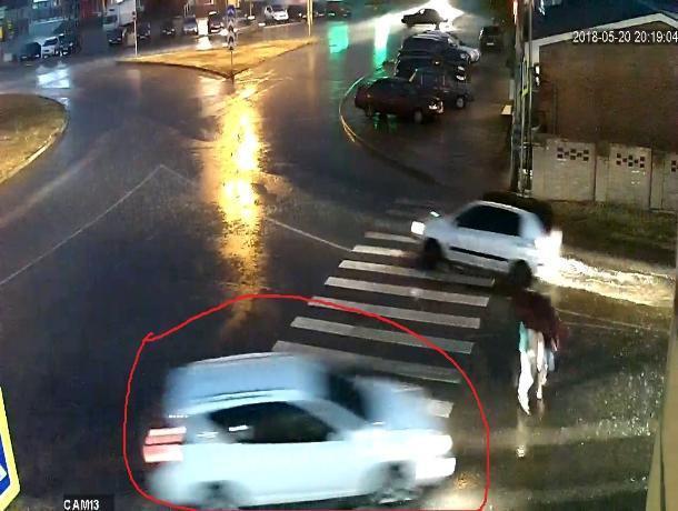 В Таганроге джип сбил двух девушек и скрылся с места аварии