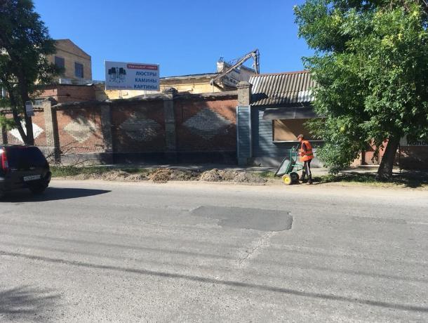 Дорожные рабочие оставили после себя кучки на тротуарах в Таганроге