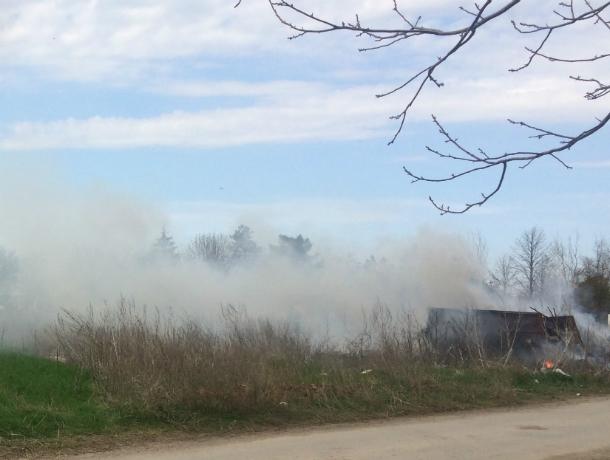 Под Таганрогом в хуторе Веселом произошел страшный пожар – горела свалка при кладбище