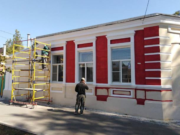 По-хозяйски меняет облик старинный дом в Таганроге на Александровской