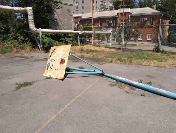 Не место для игр: взрослые отобрали у детей спортивную площадку в Таганроге