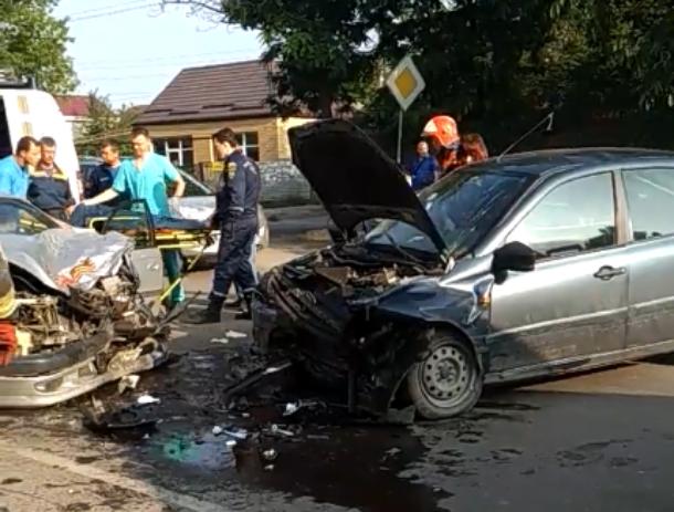 На выезде из Таганрога в лоб столкнулись две легковушки
