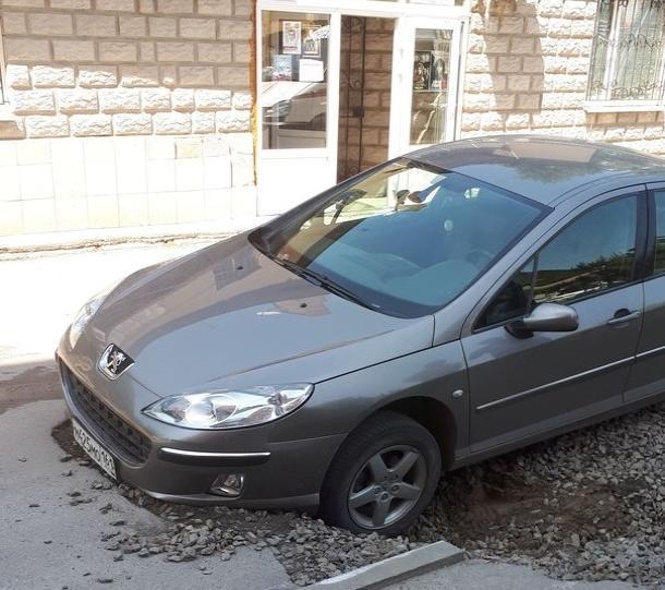 В Таганроге под машиной опустилась земля
