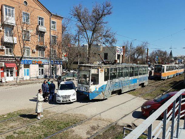 В Таганроге иномарку протаранил трамвай