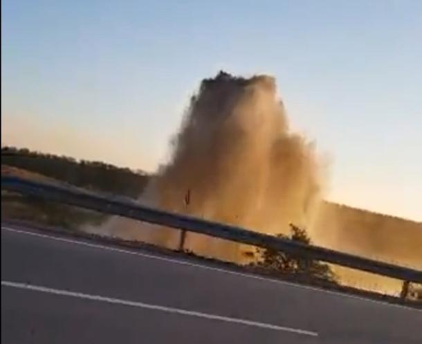 Мощный фонтан воды на трассе Ростов-Таганрог попал на видео