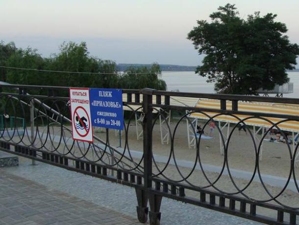 Пудовый  замок на вход к таганрогскому  пляжу средь светла дня, не только лишает возможности искупаться, но желания людей приезжать в Таганрог