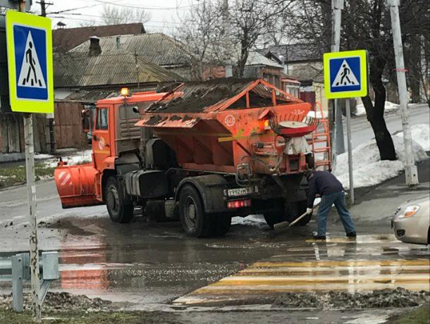 Тема  разбитых и залитых грязью дорог волнует таганрожцев