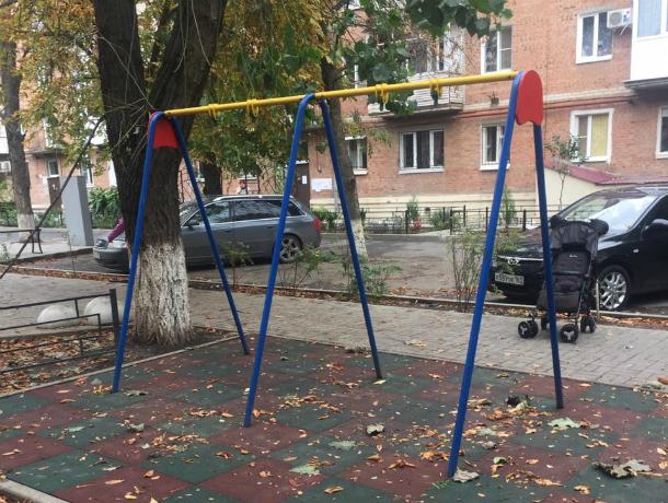 Детоненавистники  выдрали с корнями детскую площадку в Таганроге
