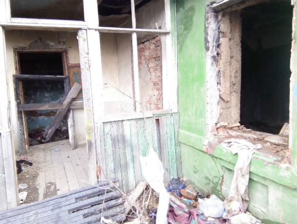 Брошенный дом подвергает опасности, живущую во второй половине пенсионерку Таганрога